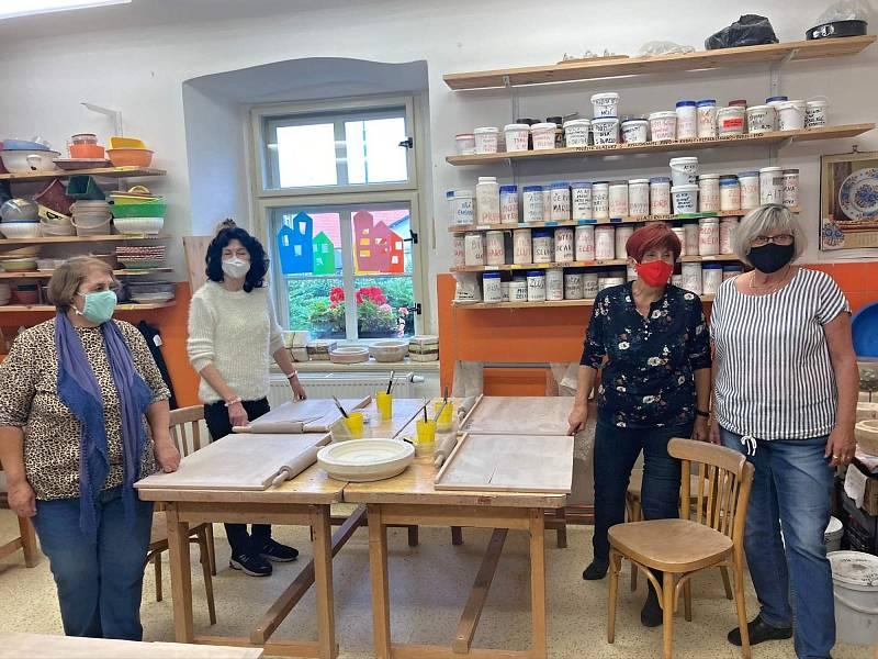 Studenti Virtuální univerzity třetího věku v Kutné Hoře ve tvůrčí dílně