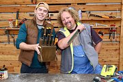 Láďa Hruška a Pavel Zeman vyrábí stojan na nože