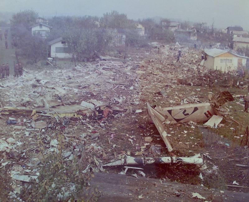 Suchdol, 30. října 1975. Trosky letadla ukazovaly viditelně trasu, po níž se letoun po nárazu pohyboval