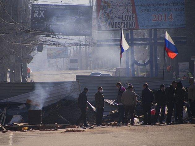 Proruští povstalci ve východoukrajinském Luhansku.