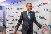 Prvním politikem SPD, který v okamžiku povolebního sčítání hlasů předstoupil před novináře, byl místopředseda strany Radim Fiala. Do presscentra nastoupil s neskrývaným optimismem.
