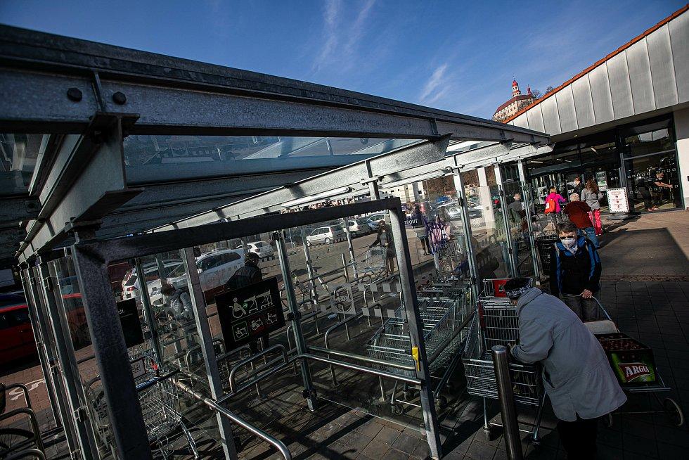 Velikonoční nákupy, lidé vzali obchody útokem, volných košíků moc nezbývá