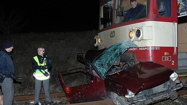 Na Žatecku se srazil vlak s osobním autem, jeden člověk zemřel