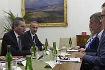 Předseda vlády Andrej Babiš (druhý zprava) jednal 5. dubna 2018 v Praze s komisařem EU pro rozpočet a lidské zdroje Güntherem Oettingerem (vlevo).