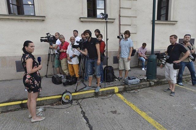 U Krajského soudu v Praze začíná 7. srpna za velkého zájmu médií (na snímku jsou novináři před budovou soudu) hlavní líčení v kauze poslance a bývalého hejtmana Davida Ratha.