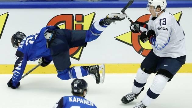 Hokejisté USA (v bílém) proti Finsku.