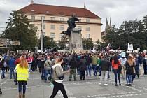 Několik stovek odpůrců vládních opatření proti šíření koronaviru se 27.září 2020 sešlo na pražském Palackého náměstí. Kritizovali zejména premiéra Andreje Babiše (ANO) a ministra zdravotnictví Romana Prymulu (za ANO).