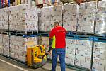 Potravin v České republice je dostatek. Obchodníci mají plné sklady a průběžně doplňují zásoby