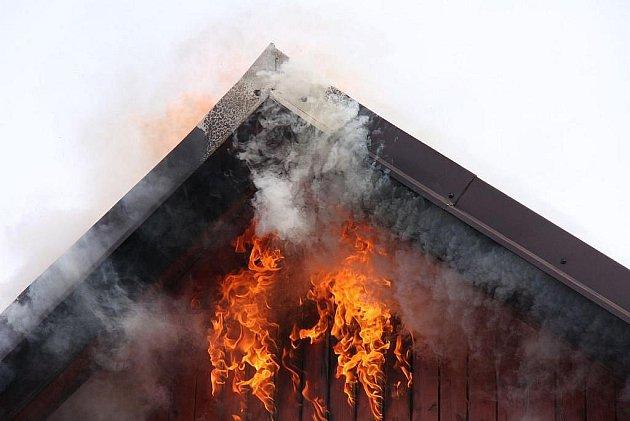 Milionové škody napáchal požár, který ve čtvrtek kolem poledne zachvátil autoservis v Želechovicích nad Dřevnicí na Zlínsku. Oheň zničil velkou část dílny včetně vybavení.