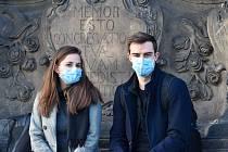 V době karantény je rouška nutností. Jen tak chráníte druhé před nákazou koronavirem.