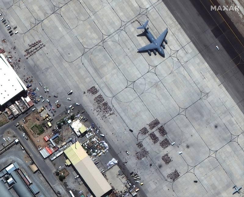 Satelitní snímek plochy mezinárodního letiště v Kábulu, kde 23. srpna 2021 pokračovaly evekuace