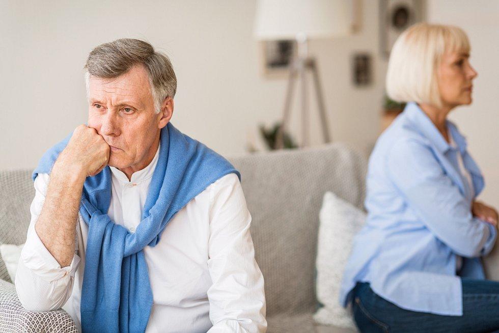 Starší lidé po rozvodu často nehledají nového partnera a zůstávají sami. To má dopad nejen na psychiku, ale i finance.