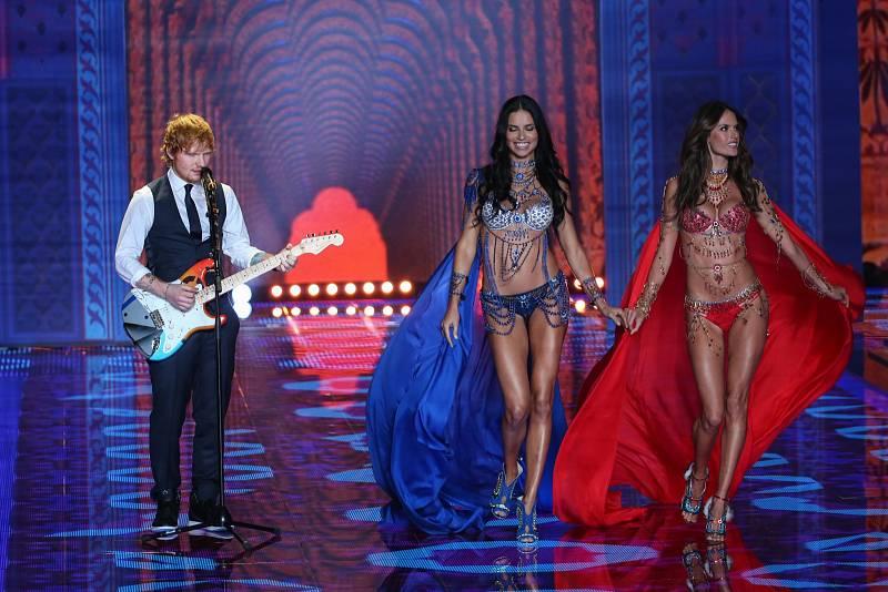 Ed Sheeran nemá rád jen hudbu a fotbal: v minulosti dorazil na módní přehlídku Victoria Secret