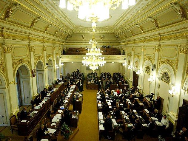 Opoziční poslanci nedokázali ve sněmovně prosadit zrušení zdravotních regulačních poplatků. Sněmovna tak neschválila senátní pozměněnou podobu a ani jeden ze dvou původních poslaneckých návrhů. Pokaždé chyběly dva hlasy.
