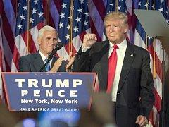 Donald Trump vystoupil po volbáchv Hilton Midtown Hotelu v New Yorku. V pozadí kamarád Mike Pence.