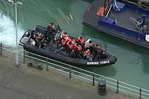 Uprchlíci se snaží do Velké Británie doplout na malých člunech přes Lamanšský průliv