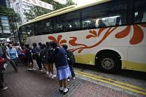 Školáci u autobusu v Hongkongu. Ilustrační snímek