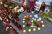 Veřejnost a kolegové vojáci přinášeli 8. srpna 2018 květiny k bráně 42. mechanizovaného praporu v Táboře jako pietní vzpomínku na vojáky, kteří zahynuli v neděli 5. srpna 2018 při sebevražedném útoku v Afghánistánu.