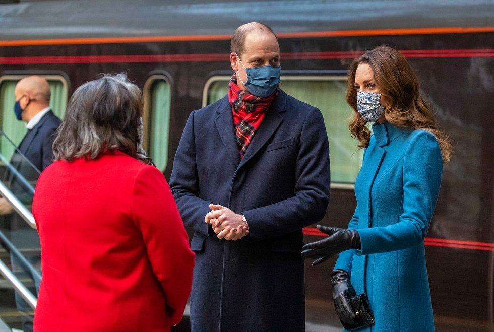 William a Kate, vévoda a vévodkyně z Cambridge, dorazili v rámci vlakového turné na nádraží Edinburgh Waverley ve Skotsku, na začátku svého prvního celého dne cesty po Velké Británii.