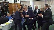 Útok ženy na Miloše Zemana ve volební místnosti