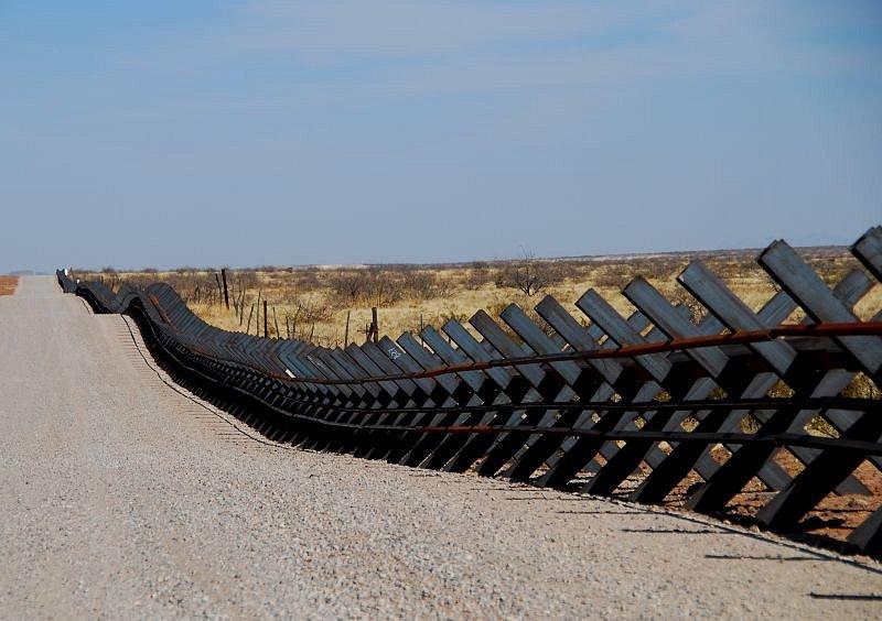 Protitankové zátarasy v úseku mezi tesaskými městy Columbus a El Paso