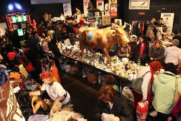 COPAK SI VYBEREME? Do Divadla DISK přišlo ovíkendu na charitativní bazar několik stovek Pražanů.