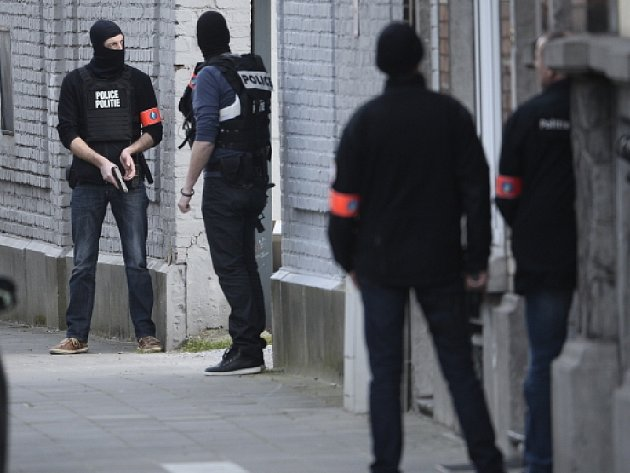 Belgická policie dnes na předměstí Bruselu čelila střelbě, když v souvislosti s loňskými teroristickými atentáty v Paříži prohledávala jeden dům.