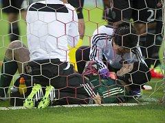 Fotbalisté Chelsea přišli v prvním semifinále Ligy mistrů o čtyři hráče včetně brankáře Petra Čecha, jenž má vykloubené rameno.