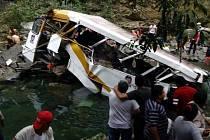 Při tragické nehodě autobusu v Mexiku zemřelo dvacet lidí.