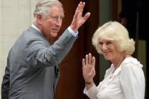 Princ Charles s manželkou Camillou navštívili vnuka v nemocnici.
