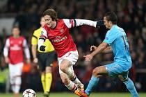 Tomáš Rosický z Arsenalu (vlevo) se snaží obehrát Jeremyho Morela z Marseille.