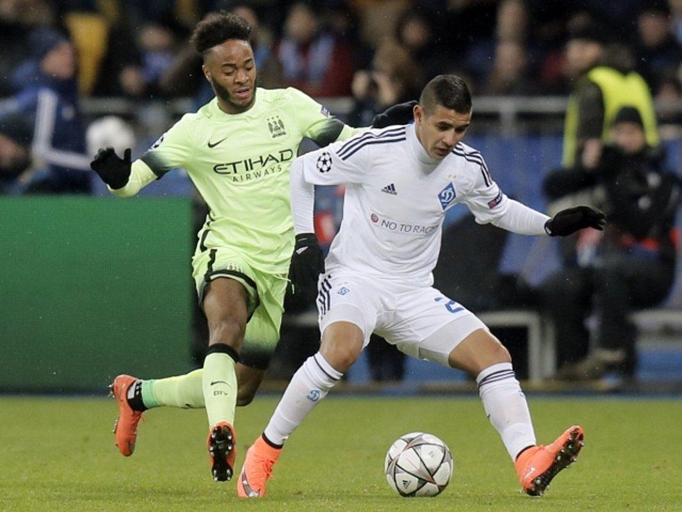 Raheem Sterling z Manchester City (vlevo) a Derlis González z Dynama Kyjev.