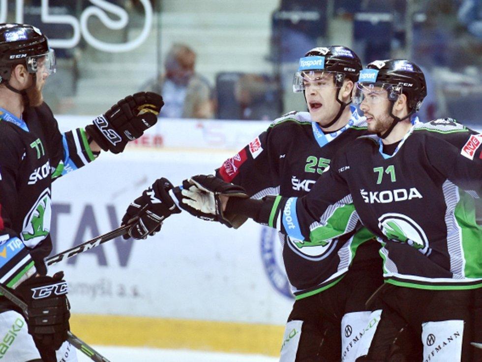 Hokejisté Mladé Boleslavi se radují z gólu proti Liberci.