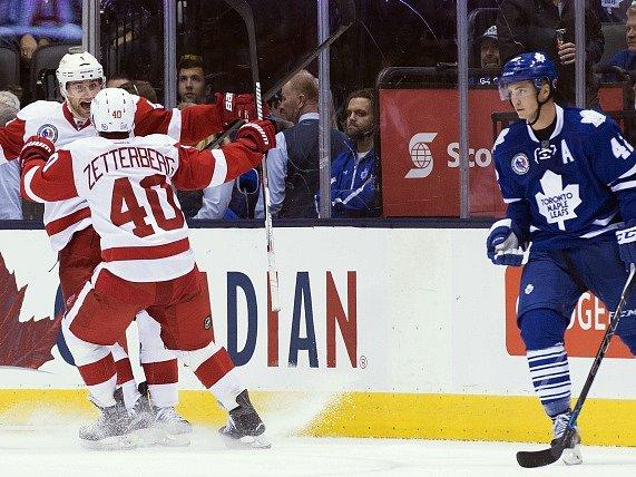 Jakub Kindl s Henrikem Zetterbergem se radují z vítězné branky v síti Toronta.