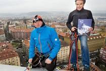 Slaněním z Žižkovského vysílače v Praze prezentoval 7. prosince bývalý pražský primátor a horolezec Pavel Bém (vpravo) knihu K2 - Královna hor. Vlevo na snímku je slovenský člen expedice Tomáš Petrík.