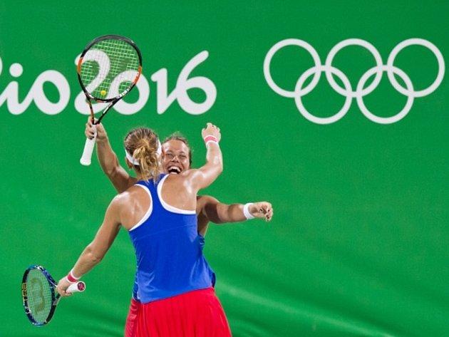 Barbora Strýcová (vpravo) a Lucie Šafářová