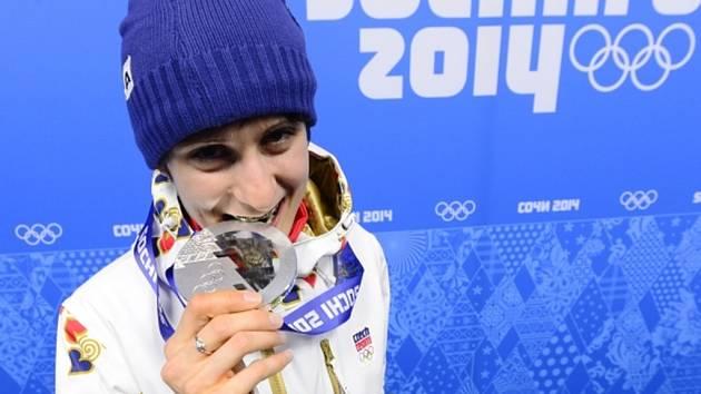 Zkompletovala svou olympijskou sbírku. Martina Sáblíková se stříbrnou medailí ze závodu na 3000 m v Soči.