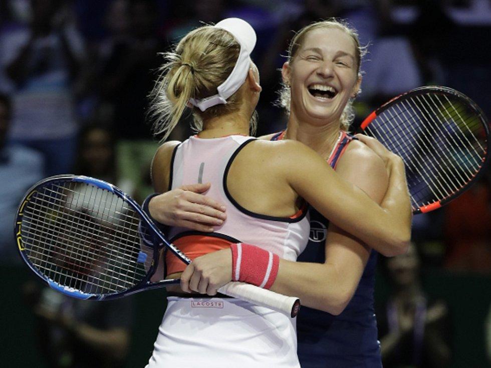 Rusky Jelena Vesninová (vlevo) a Jekatěrina Makarovová ovládly po olympijských hrách v Riu i Turnaj mistryň.