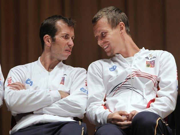 Radek Štěpánek (vlevo) a Tomáš Berdych při losu semifinále Davis Cupu proti Argentině.