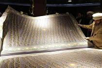Afghánský kaligraf Sábir Husajní Chidrí dnes představil v Kábulu údajně největší korán na světě. Kniha měří 230 centimetrů na výšku a 150 na šířku.