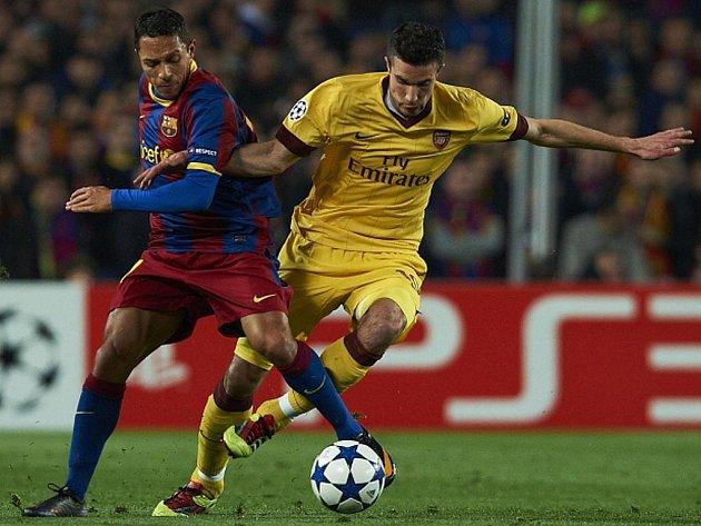 Adriano Correia (vlevo) z Barcelony a Robin Van Persie z Arsenalu.