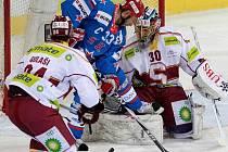 Gólman Sparty Thomas Bäumle (vpravo) kryje střelu Maxima Sušinského (uprostřed) z Petrohradu. Ruského hráče brání Michal Gulaši.