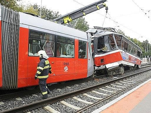 Při srážce dvou tramvají v Plzeňské ulici v Praze zamřel ráno řidič jedné z nich.