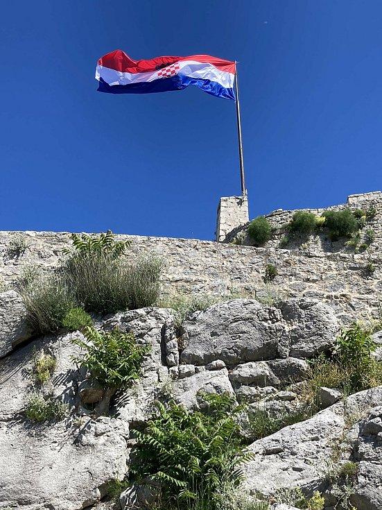 Chorvatská vlajka vlaje nad starobylou pevností Klis, v níž se nedávno natáčely některé scény seriálu Hra o trůny.