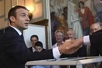 Emmanuel Macron během volebního dne