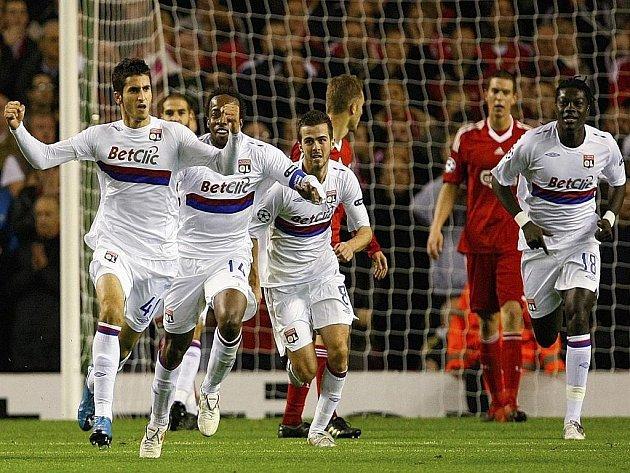 Maxime Gonalons z Olympique Lyon (vlevo) slaví se svými spoluhráči gól proti Liverpoolu v Lize mistrů.