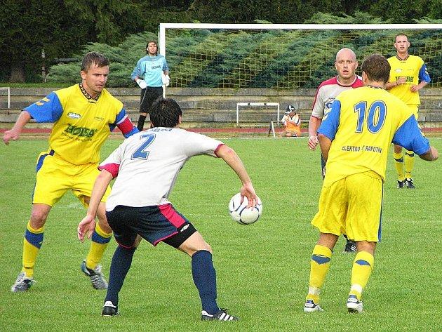 Šumperský Hecl (vlevo) sleduje míč v utkání s Mohelnicí.