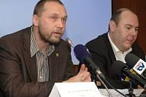 Ŕeditel Národní protidrogové centrály Jakub Frydrych (vlevo) a vedoucí celní protidrogové jednotky Pavel Hoffman