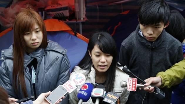 Jedno z hlavních studentských hnutí, která organizují prodemokratické demonstrace v Hongkongu, zvažuje ukončení více než dvouměsíčních protestních akcí v centru města.