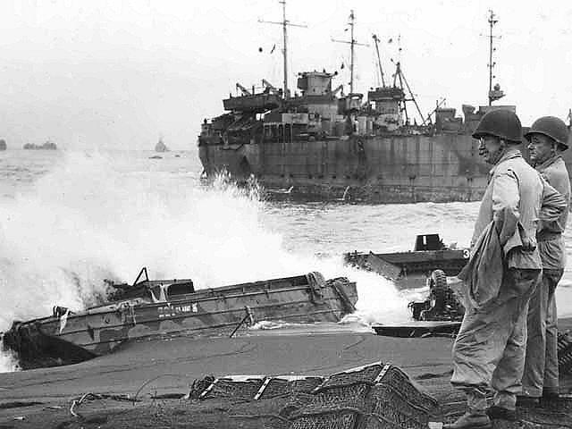 Pontonová loď na pobřeží Iwodžimy